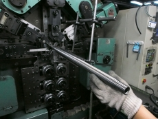 シャッターバネ製造3.JPG