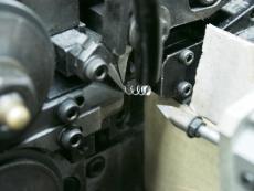 ボールペン用押しバネ製造2.JPG