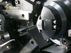 錠前用キックバネ製造2.JPG